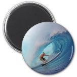 Persona que practica surf que practica surf una on iman de frigorífico