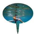 Persona que practica surf que se sienta en la tabl decoración para tarta