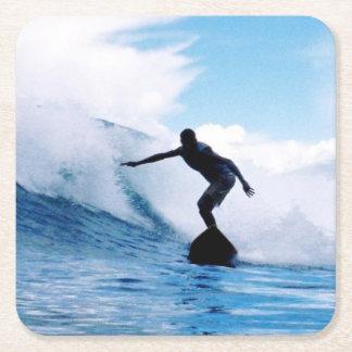 Persona que practica surf silueteada posavasos desechable cuadrado