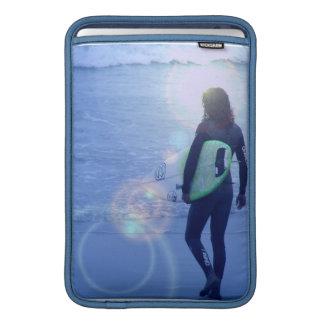 "Persona que practica surf solitaria 11"" manga de M Funda MacBook"