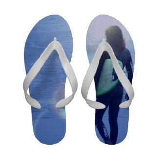 Persona que practica surf solitaria chanclas