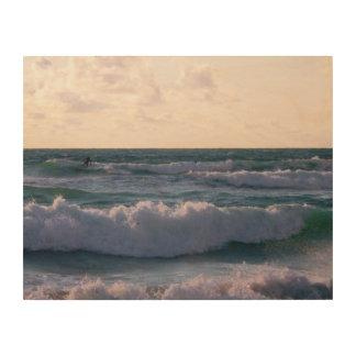 Persona que practica surf solitaria en la playa cuadro de madera