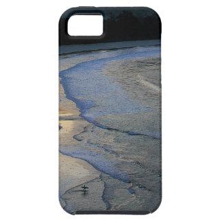 Persona que practica surf solitaria en la playa es iPhone 5 Case-Mate cobertura