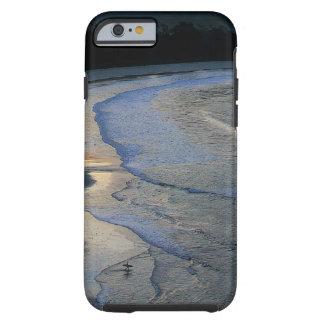 Persona que practica surf solitaria en la playa funda de iPhone 6 tough