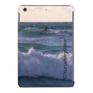 Persona que practica surf solitaria en la playa funda de iPad mini
