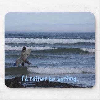 Persona que practica surf alfombrilla de ratón