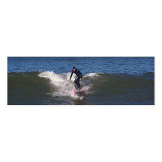 Persona que practica surf tarjeta personal