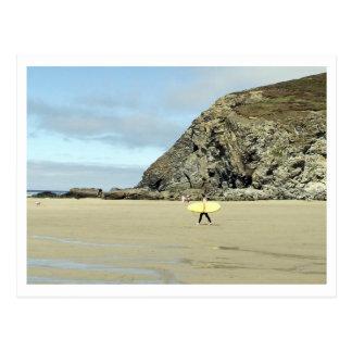 Persona que practica surf tarjeta postal