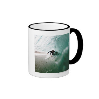 Persona que practica surf taza a dos colores