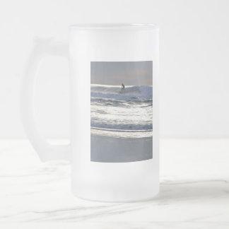 Persona que practica surf taza de cristal