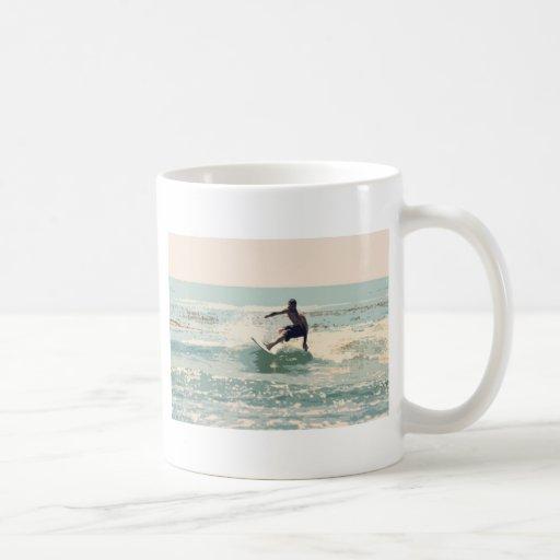 Persona que practica surf tazas de café