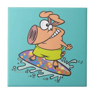 persona que practica surf tonta linda que practica azulejo cuadrado pequeño