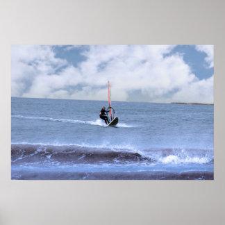 persona que practica surf windsurfing en una torme impresiones