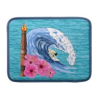 Persona que practica surf y estatua de Tiki Funda Para Macbook Air