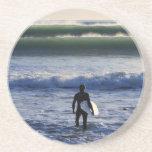Persona que practica surf y olas oceánicas verdes posavaso para bebida