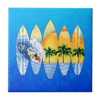 Persona que practica surf y tablas hawaianas azulejo cuadrado pequeño