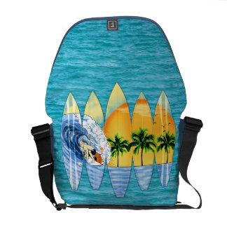 Persona que practica surf y tablas hawaianas bolsa de mensajeria