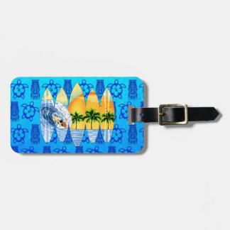 Persona que practica surf y tablas hawaianas etiqueta de equipaje