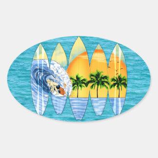 Persona que practica surf y tablas hawaianas pegatina ovalada
