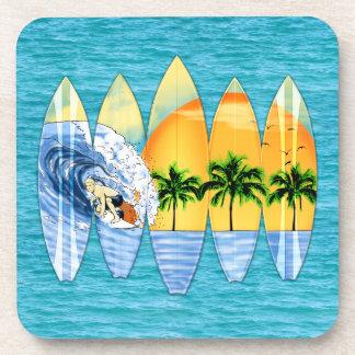 Persona que practica surf y tablas hawaianas posavasos de bebida