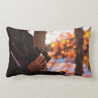 Persona que sostiene los prismáticos afuera almohadas