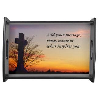 (Personalice) cruz santa en la puesta del sol Bandeja