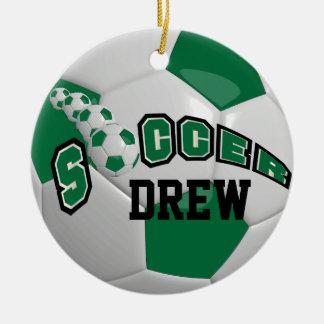 Personalice el balón de fútbol el   verde oscuro ornamento de navidad