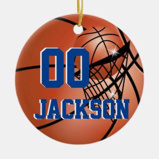 Personalice el baloncesto estupendo del jugador de adorno navideño redondo de cerámica