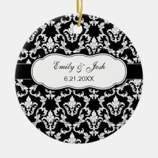 Personalice el blanco en el ornamento negro del adorno navideño redondo de cerámica