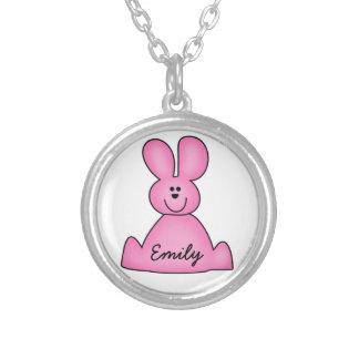 Personalice el collar rosado del conejito