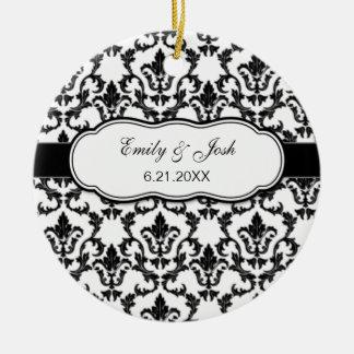 Personalice el ornamento negro del damasco adorno navideño redondo de cerámica