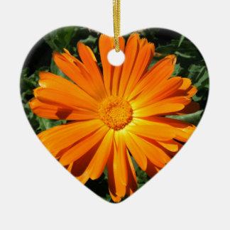 Personalizable del diseño de la margarita adorno navideño de cerámica en forma de corazón