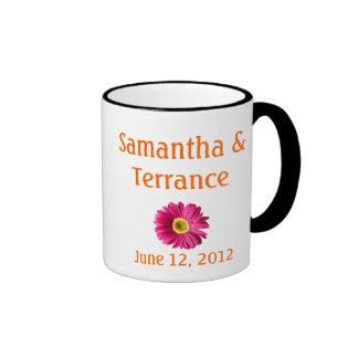 Personalizable fucsia de la flor de la margarita tazas de café