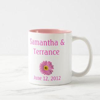 Personalizable rosado de la flor de la margarita taza de dos tonos