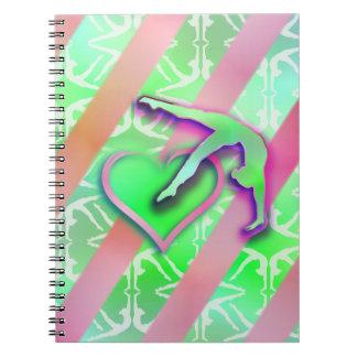 Personalizable verde y rosado del corazón de la gi spiral notebooks