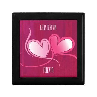 Personalizado 2 corazones en un fondo rosado de joyero cuadrado pequeño