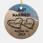 Personalizado dos corazones en el ornamento de la adorno navideño redondo de cerámica