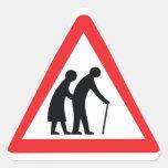 Personas mayores de la PRECAUCIÓN - señal de tráfi Colcomanias De Triangulo