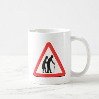 Personas mayores de la señal de tráfico Reino Tazas De Café