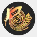 Personas que practica surf californianas de Califo Etiquetas Redondas
