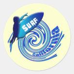 Personas que practica surf californianas de pegatina redonda