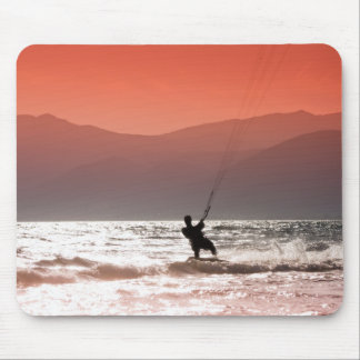 Personas que practica surf de la cometa tapete de ratones