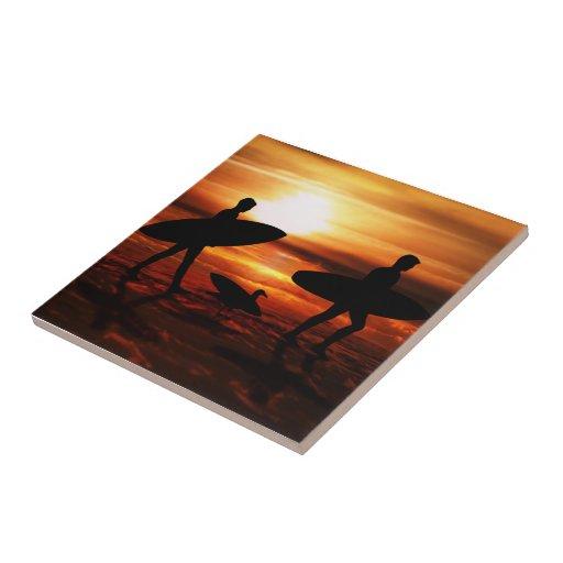 Personas que practica surf de la puesta del sol azulejo ceramica