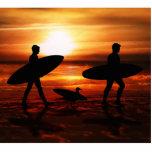 Personas que practica surf de la puesta del sol esculturas fotograficas