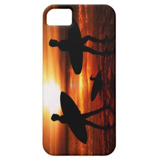 Personas que practica surf de la puesta del sol iPhone 5 carcasas
