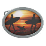 Personas que practica surf de la puesta del sol hebillas de cinturon