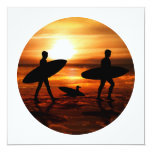 Personas que practica surf de la puesta del sol invitación 13,3 cm x 13,3cm
