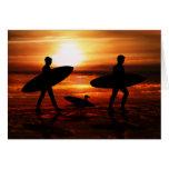 Personas que practica surf de la puesta del sol tarjeta de felicitación