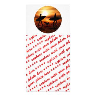Personas que practica surf de la puesta del sol tarjeta con foto personalizada