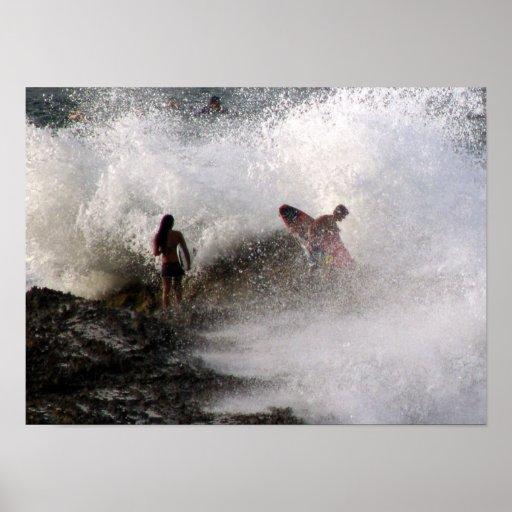 Personas que practica surf del poster en la bahía